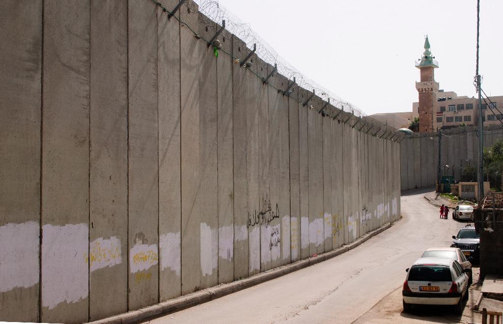 Colônias judaicas são ilegais, mas ainda assim são instaladas sistemativamente; além disso, altos muros isolam Israel do território da Palestina.
