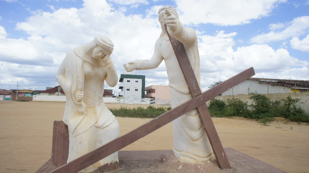 Estátuas representando o sofrimento de Jesus Cristo fazem parte da Via Sacra.
